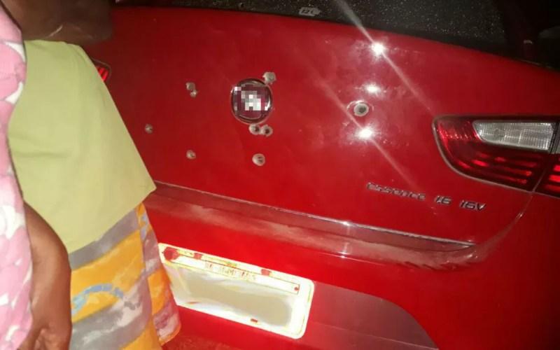 Veículo foi atingido em vários locais (Foto: Rafael Vedra/LiberdadeNews)