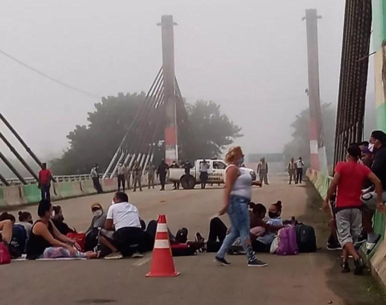 Grupo se concentrou na Ponte da Integração como forma de protesto contra o fechamento da fronteira — Foto: Arquivo/Prefeitura