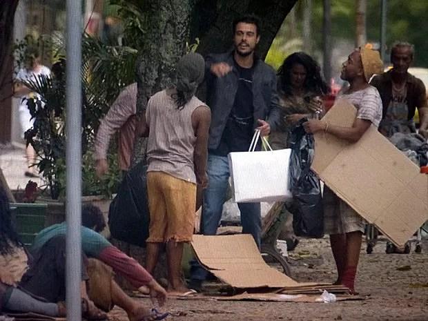 Mendigos ficam felizes com convite (Foto: TV Globo)