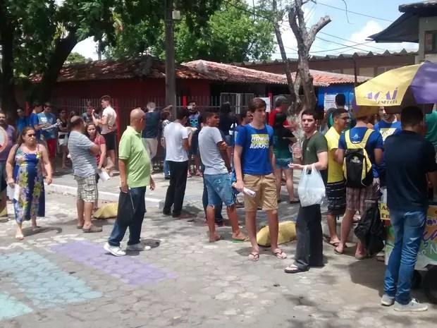 Pais e estudantes se aglomeram na saída da Escola Superior de Educação Física da Universidade de Pernambuco (Esef/UPE), um dos local de prova do SSA3 da UPE (Foto: Cláudia Ferreira/G1)