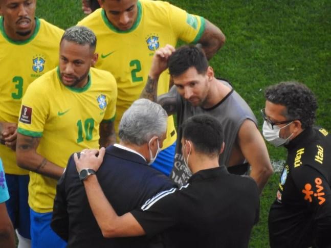 Scaloni, Tite, Messi e Neymar conversam no campo, durante a paralisação — Foto: Bruno Giufrida