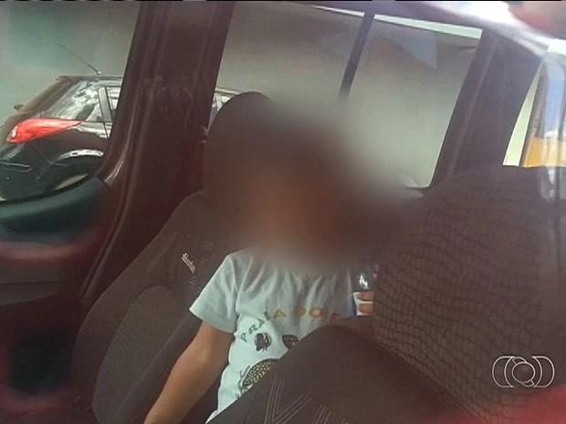 Bebê trancado em carro com vidros fechados, em Trindade, Goiás (Foto: Reprodução/ TV Anhanguera)