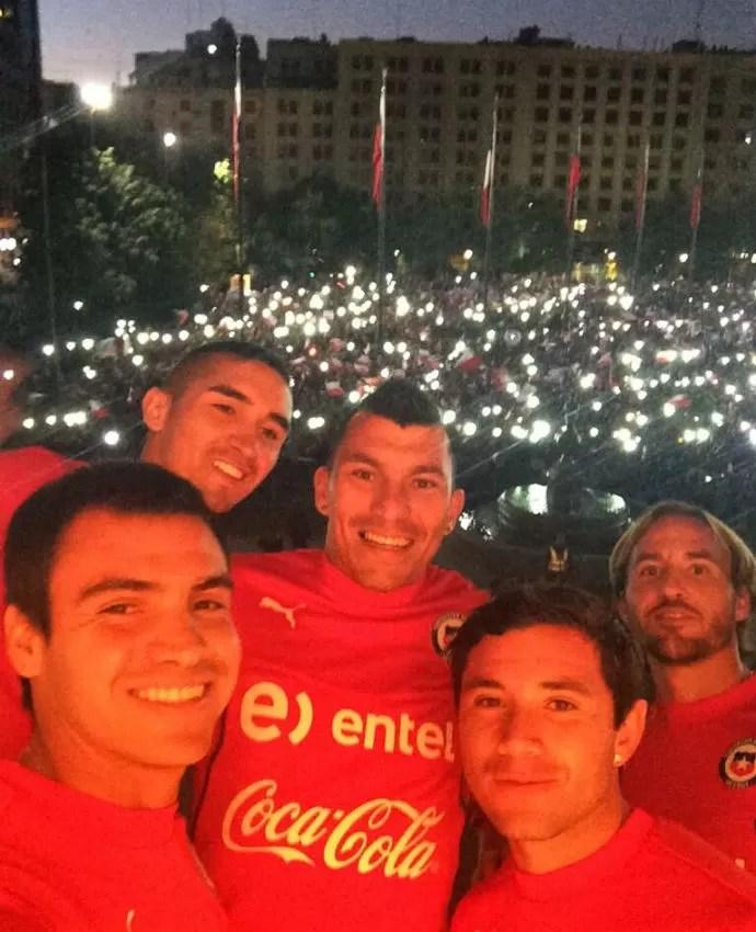 Chilenos posam para foto após chegada no país (Foto: Reprodução/Twitter)