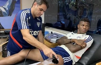 Arboleda sofreu um estiramento na coxa esquerda — Foto: Rubens Chiri / saopaulofc.net