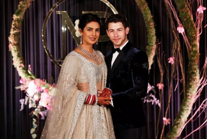 Priyanka Chopra e Nick Jonas posam para foto em Nova Delhi, na Índia — Foto: Adnan Abidi/Reuters