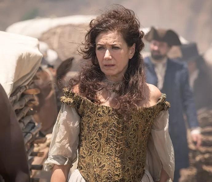 Joaquina consegue escapar da morte com a ajuda de Virgínia (Lilia Cabral) (Foto: Fabiano Battaglin/Gshow)