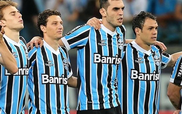 Elano com o grupo do Grêmio nas cobranças de pênalti (Foto: Jefferson Bernardes/ Agência Preview)