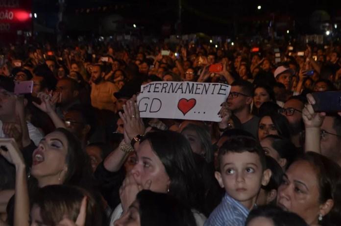 Público se emocionou com homenagem a Gabriel Diniz no São João 2019 de Campina Grande — Foto: Iara Alves/G1