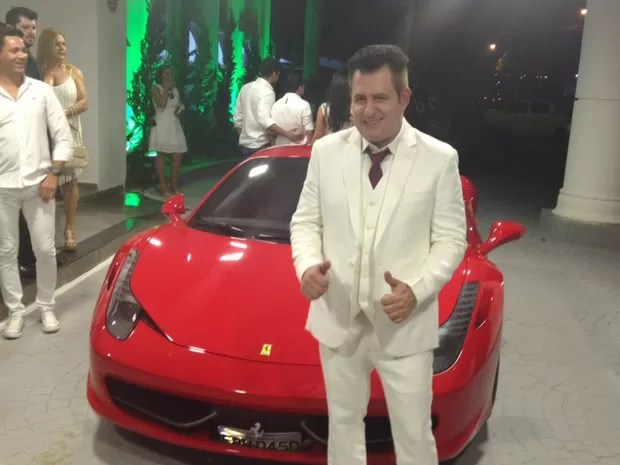 Marrone chegou em Ferrari vermelha para sua festa de aniversário de 50 anos Goiânia Goiás (Foto: Sílvio Túlio/G1)