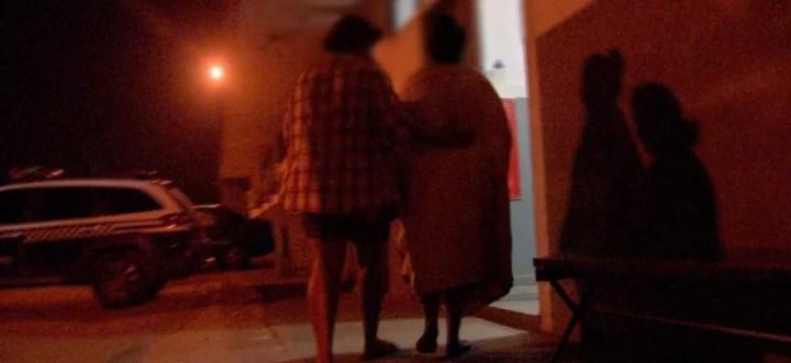 Jovem é amparada pela mãe após ser estuprada — Foto: TVCA/Reprodução
