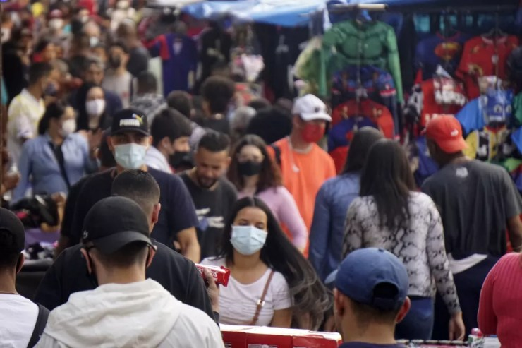 Movimentação de consumidores e vendedores na região da Rua 25 de março, área de comércio popular no centro da cidade de São Paulo, na última quarta-feira (21). — Foto: CRIS FAGA/ESTADÃO CONTEÚDO