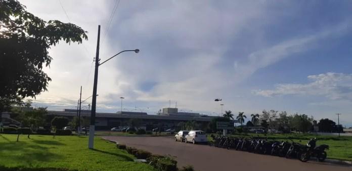 Helicóptero chegou em aeroporto após pouso de avião com presos — Foto: Toni Francis/G1