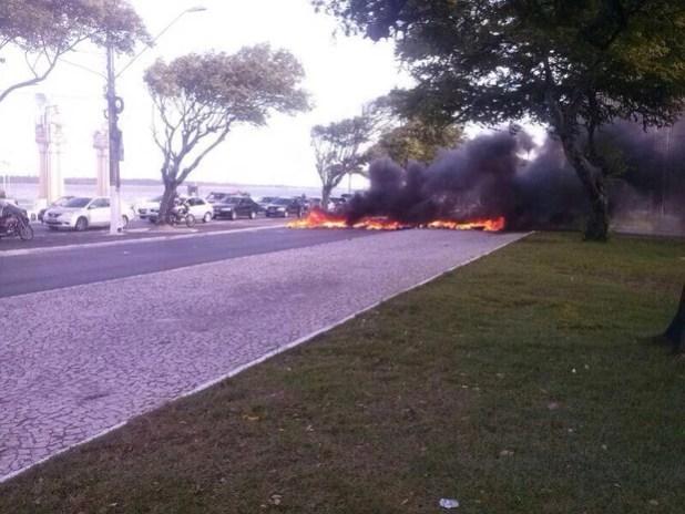 Taxistas clandestinos realizam protesto em Aracaju (Foto: Washington Santana / Diário Sergipano)