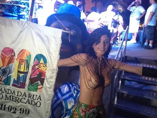 Mulher faz topless em bloco no Rio (Foto: Marcelo Elizardo / G1)