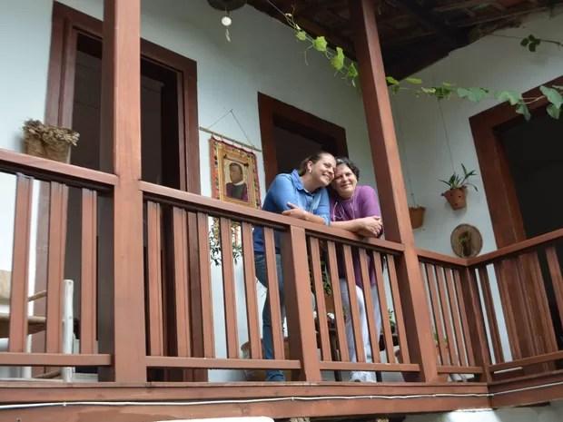 Júlia e Marisol aos fundos do casarão onde Padre Victor morou, em Campanha, MG (Foto: Samantha Silva / G1)