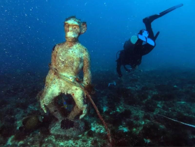 A estátua foi achada dentro d'água com uma corda presa na cintura. — Foto: Labomar-UFC/Mar do Ceará/SEMA