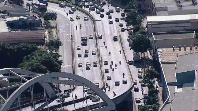 Trânsito continua intenso em BH mesmo com fechamento de comércio — Foto: Reprodução/TV Globo