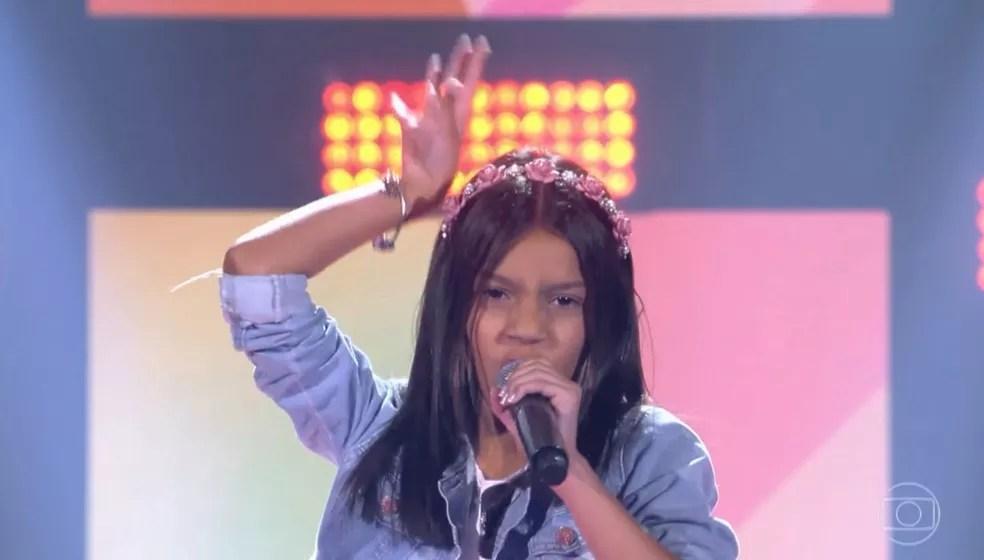 Laurah levantou a plateia do The Voice Kids, no segundo dia de Audições às Cegas — Foto: TV GLOBO