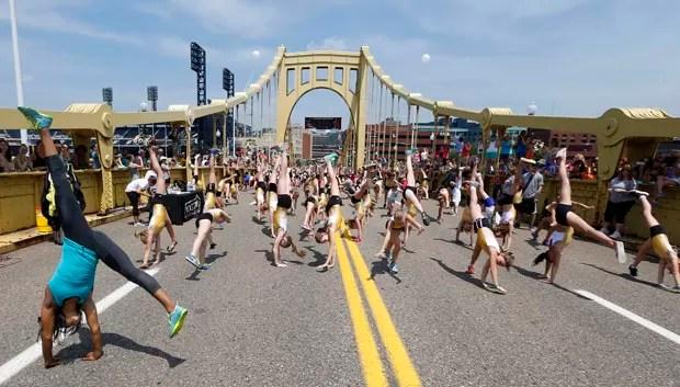 Cerca de 700 deram 'estrela' simultaneamente na ponte Roberto Clemente para registrar novo recorde mundial e celebrar o Dia Olímpico (Foto: Keith Srakocic/AP)