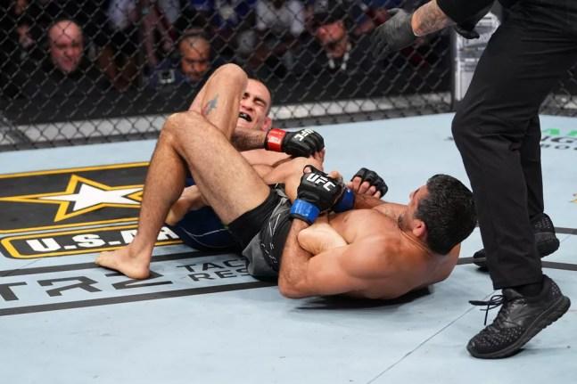 Beneil Dariush encaixa uma chave de tornozelo em Tony Ferguson no UFC 262 — Foto: Getty Images