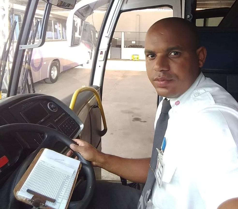 Leandro Assunção dirigia o ônibus que foi atingido no acidente — Foto: Reprodução/Redes Sociais