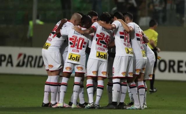 Elenco abraçado Atlético-MG x São Paulo (Foto: Rubens Chiri/saopaulofc.net)