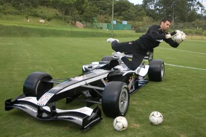 Weverton, então no Corinthians, posa com carro da Super League em 2008 — Foto: Daniel Augusto Jr/Ag. Corinthians