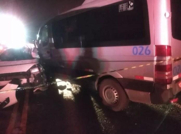 Batida entre van e carro aconteceu na noite deste domingo (10), na altura de Aracruz — Foto: Reprodução/TV Gazeta