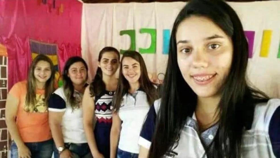 Bruna Oliveira (em primeiro plano) e colegas de turma não aceitaram acordo com a instituição de ensino — Foto: Arquivo Pessoal/Bruna Oliveira
