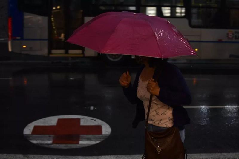 Tempo vira e morador da cidade de SP enfrenta chuva e frio nesta sexta  — Foto: ROBERTO CASIMIRO/FOTOARENA/ESTADÃO CONTEÚDO