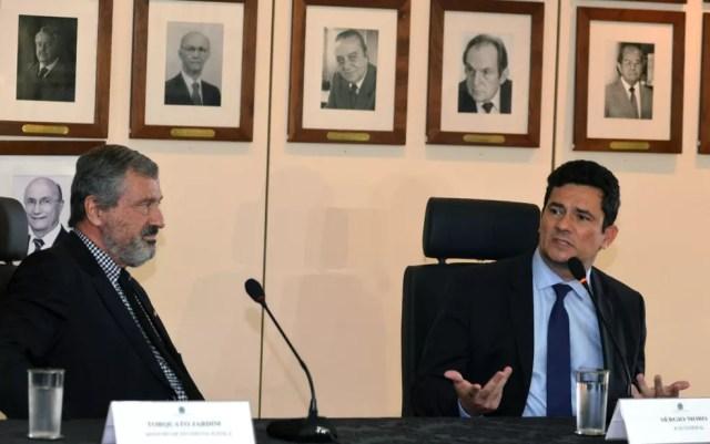 O atual ministro da Justiça, Torquato Jardim (esq.), e o futuro chefe da pasta, Sérgio Moro (dir.) — Foto: Isaac Amorim/MJ