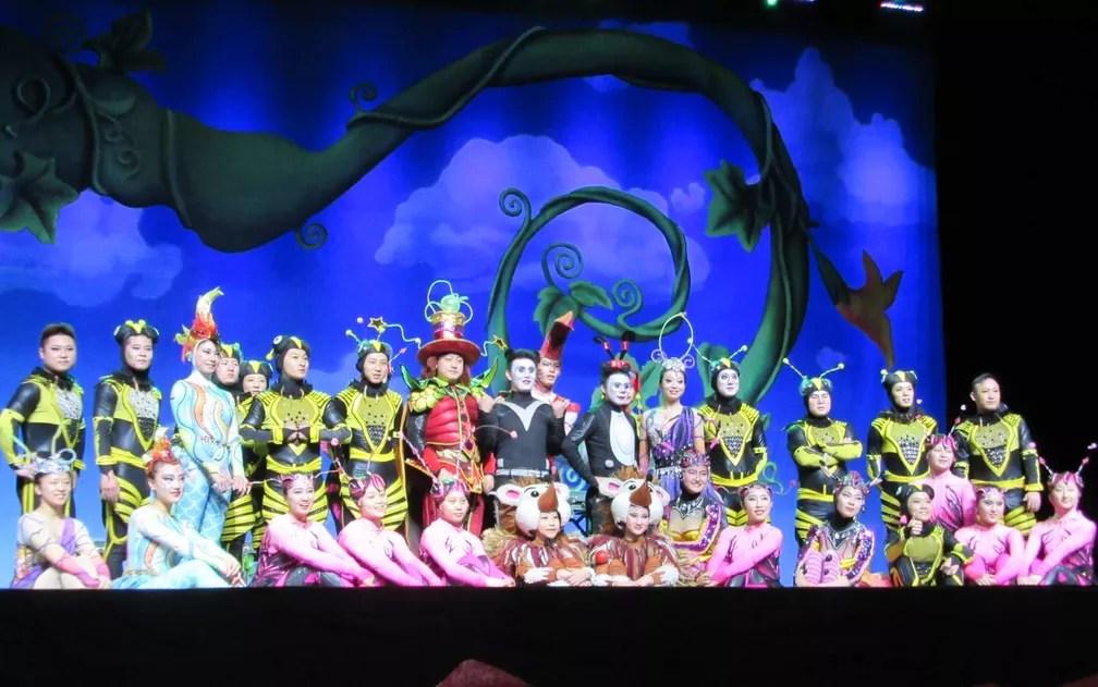 Trupe do espetáculo 'A jornada o Panda sonhador', no palco do Rio (Foto: Alba Valéria Mendonça/ G1)