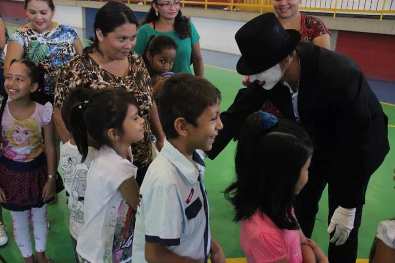 Olha quem fez a alegria das crianças (Foto: Matheus Castro/Rede Amazônica)