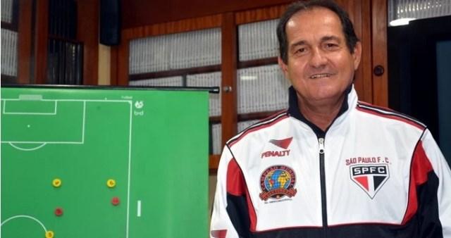 Muricy Ramalho com agasalho em homenagem a Telê Santana (Foto: www.saopaulofc.net)