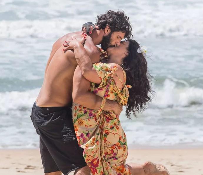 Casal se beija, mas tem uma surpresinha em seguida (Foto: Artur Meninea/Gshow)