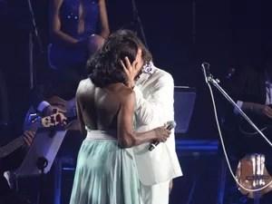 Glória Maria beija Roberto Carlos em show no Rio (Foto: Claudio Andrade/ Foto Rio News)