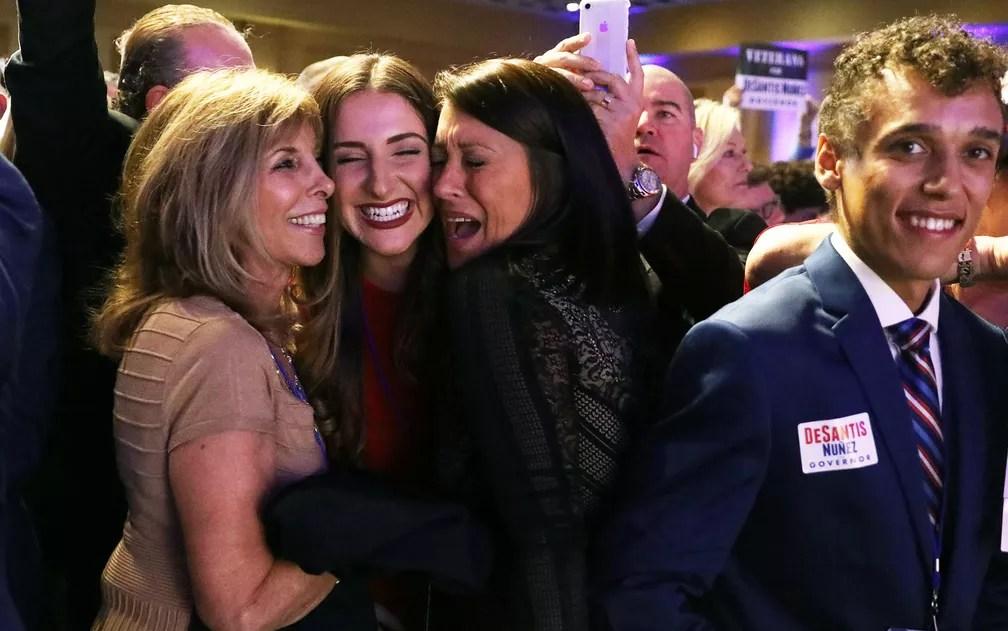 Eleitoras do republicano Ron DeSantis comemoram sua vitória nas eleições ao governo da Flórida, em Orlando, na terça-feira (6) — Foto: Reuters/Carlo Allegri
