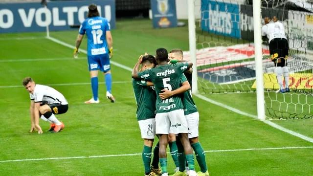 Jogadores do Palmeiras comemoram o segundo gol; corintianos lamentam