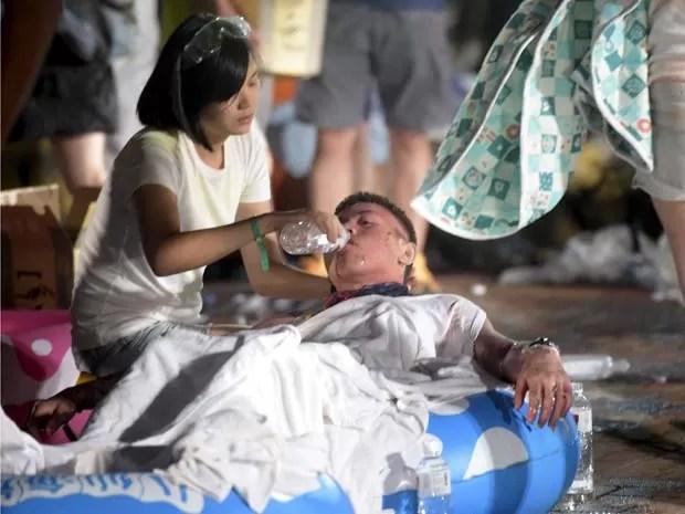 Ferido em explosão é atendido em parque aquático em Taiwan (Foto: REUTERS/Wang Wei)