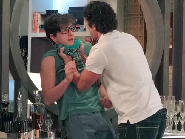 Kiko fica desesperado com bote de Nando (Foto: Guerra dos Sexos / TV Globo)