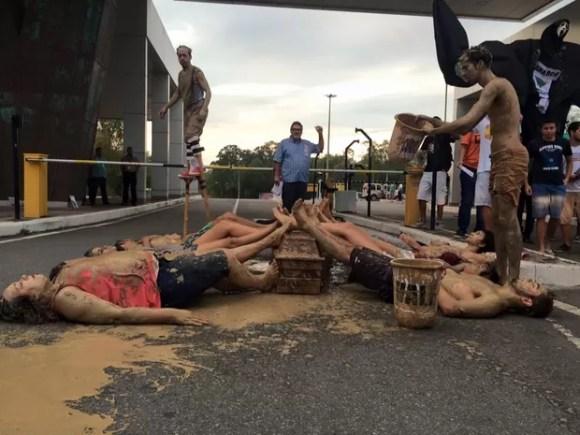 Grupo encena a morte do Rio Doce e culpa mineradora, espírito santo (Foto: Divulgação/Ninja ES)