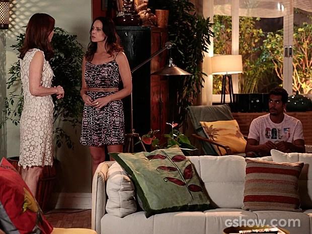 Helena conta para Juliana que o bracelete tem uma identificação (Foto: Felipe Monteiro / TV Globo)