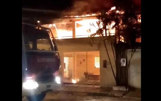 Bombeiro de folga resgata mulher e cachorros que estavam dentro de imóvel em chamas na Bahia — Foto: Reprodução/Redes Sociais