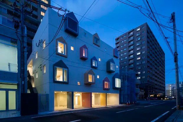 Escola japonesa tem fachada com desenhos de casas feitos por crianças (Foto: Sigeo Ogawa )