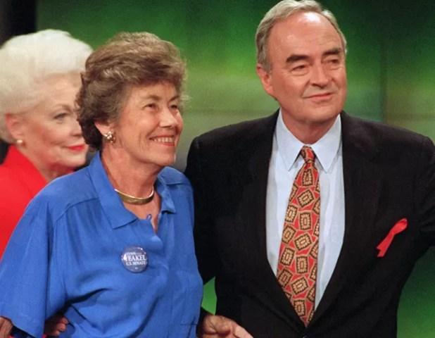 Harris Wofford com sua ex-mulher, Clare, que morreu em 1996 (Foto: Carol Francavilla/AP)