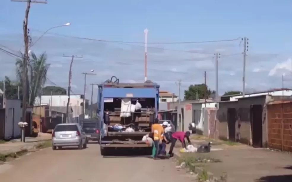 Garis ajudam a encontrar pasta com cerca de R$ 40 mil e devolvem ao dono, em Alexânia, Goiás — Foto: Divulgação/Prefeitura de Alexânia