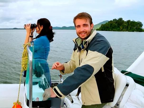 Max Fercondini em visita de campo junto com os biólogos do Projeto Toninhas (Foto: Globo)