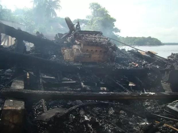 Barco ficou destruído (Foto: Lindon Jonhson/TV AM)