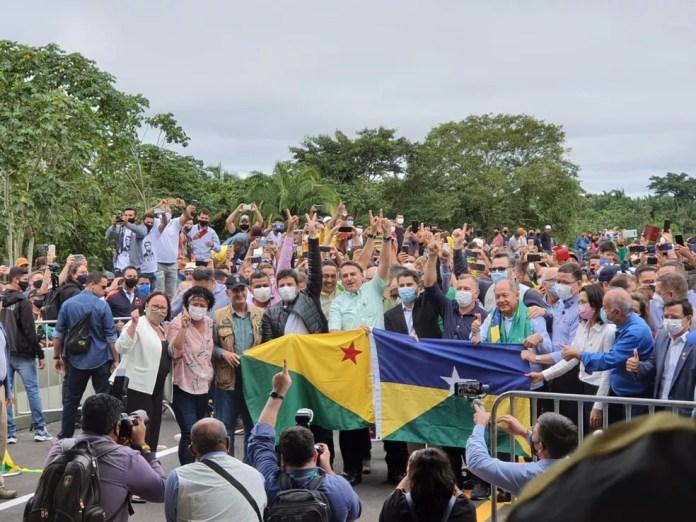Sem máscara, presidente Jair Bolsonaro inaugura ponte que facilita o acesso entre RO e AC — Foto: Jônatas Boni/G1