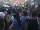 Merendeiras realizam ato após atraso nos pagamentos em Guarujá, SP
